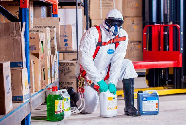 Trabajador con un traje químico