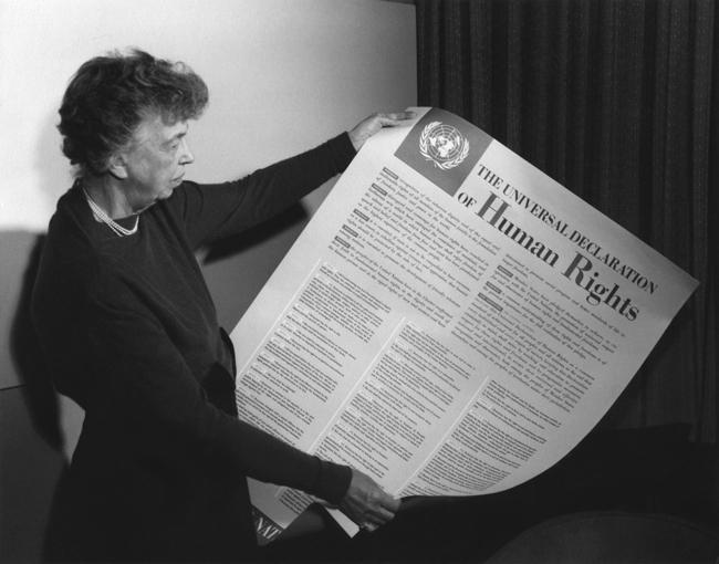 Eleanor Roosevelt sostiene un ejemplar de la Declaración Universal de los Derechos Humanos