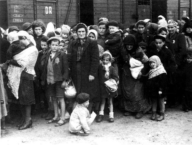 Judíos húngaros en su llegada a Auschwitz en 1944. De Bundesarchiv.