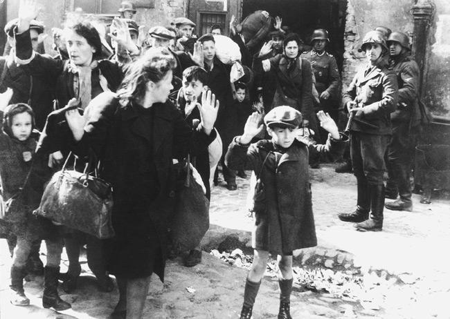 Judíos polacos capturados por alemanes durante el Levantamiento del gueto de Varsovia, mayo de 1943