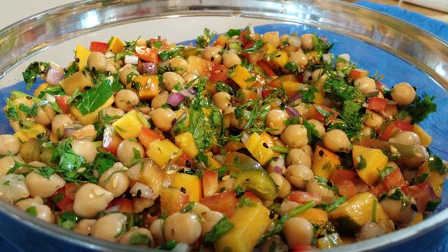 Las legumbres se pueden preparar de muchas formas, una de ellas, en ensalada