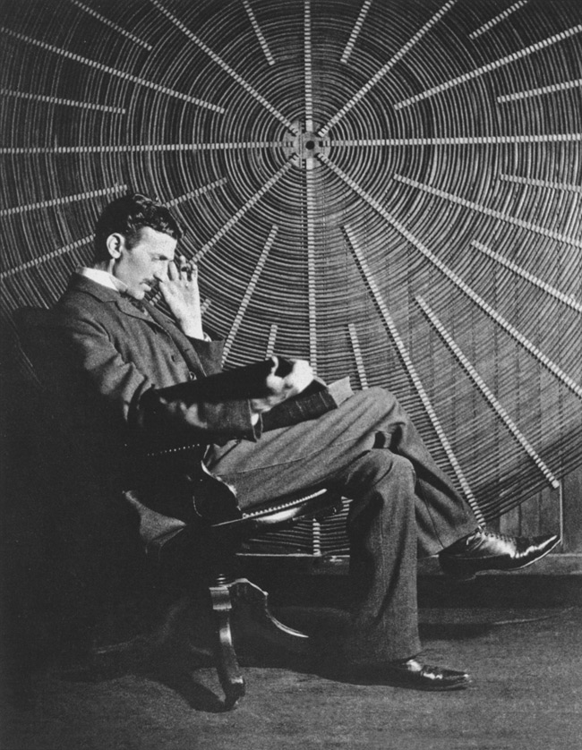 Nikola Tesla frente a la espiral de la bobina de su transformador de alto voltaje en East Houston Street, Nueva York.