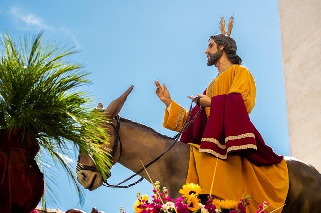 Las cenizas provienen de las palmas quemadas en el Domingo de Ramos anterior