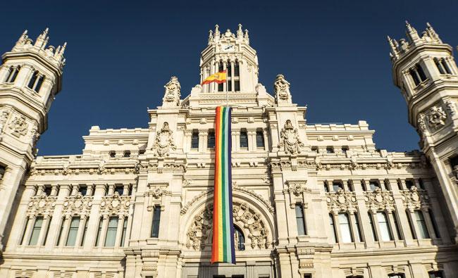 El Palacio de Cibeles (Madrid) con la bandera del Orgullo