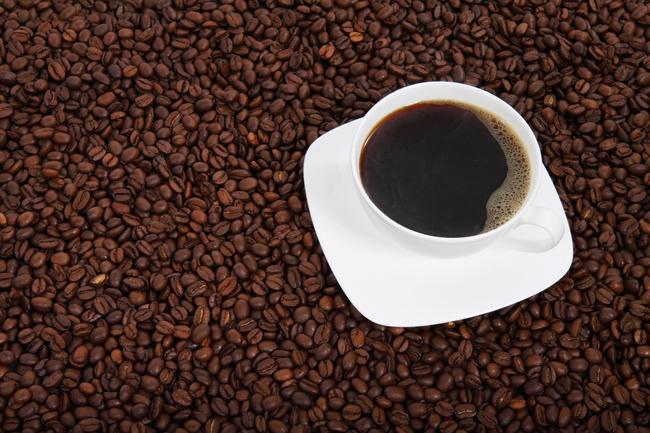 Hay que evitar bebidas excitantes al menos 6 horas antes de acostarse, como el café y el té