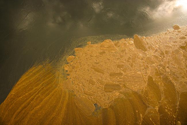 La contaminación de las aguas es otro daño al medio ambiente a consecuencia de guerras