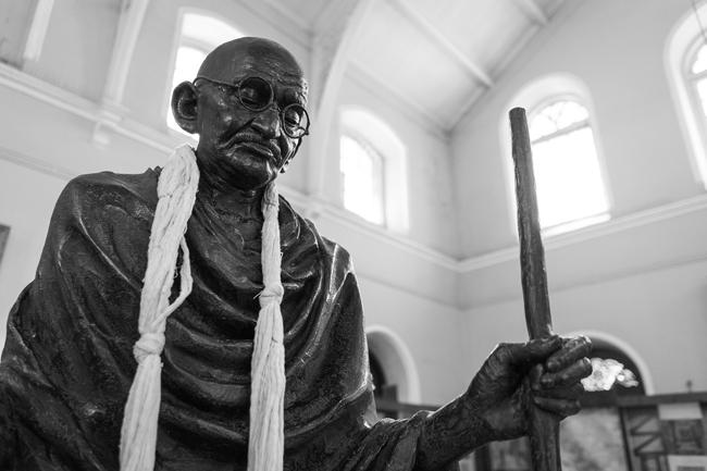Estatua de Gandhi en el palacio del Aga Khan (India). Imagen de Daniel Christiansz en Pixabay